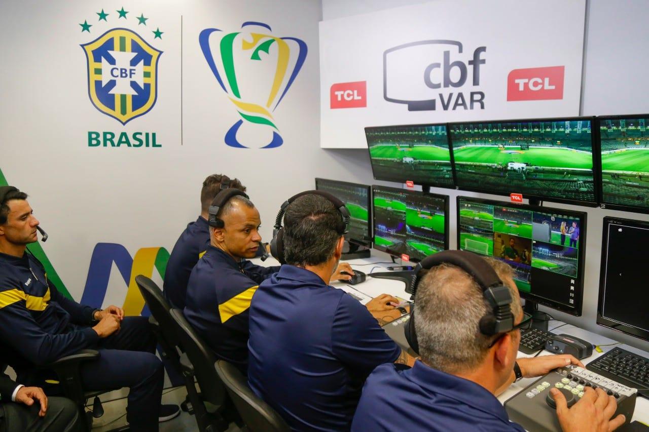 VAR age, de forma demorada, mas incisivamente para capturar soluções em lances de Fortaleza x CRB, Vitória x Grêmio e Santos x Juazeirense