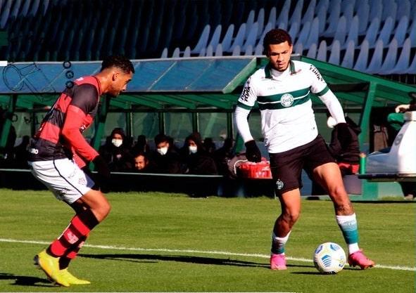 No Couto Pereira, a equipe do Vitória sofreu um gol na derrota para o Coritiba, mas permanece na fase classificatória à segunda fase