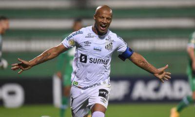 Em 13 confrontos na história do futebol nacional, o Santos venceu oito partidas. Já a Chapecoense bateu o Peixe em três jogos