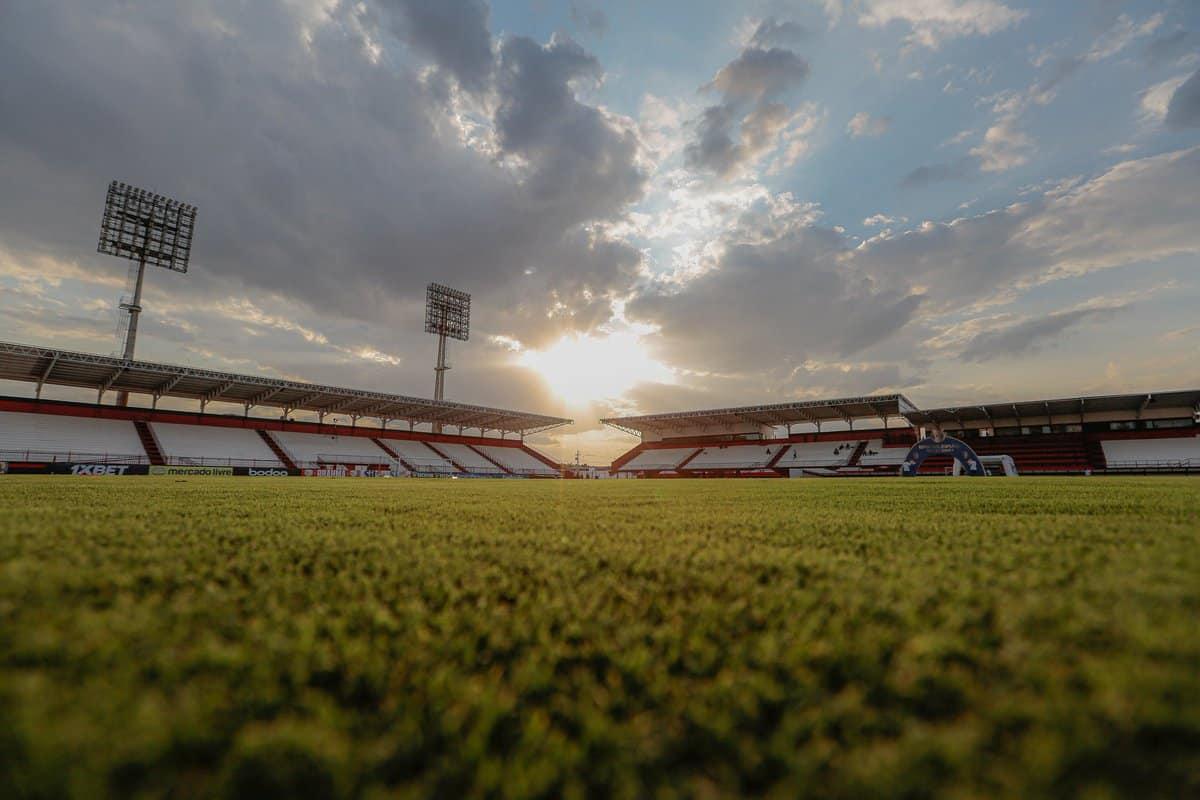 Com objetivos semelhantes, Atlético-GO e Corinthians se enfrentam na noite deste domingo (12), às 18h15, no Estádio Antônio Accioly