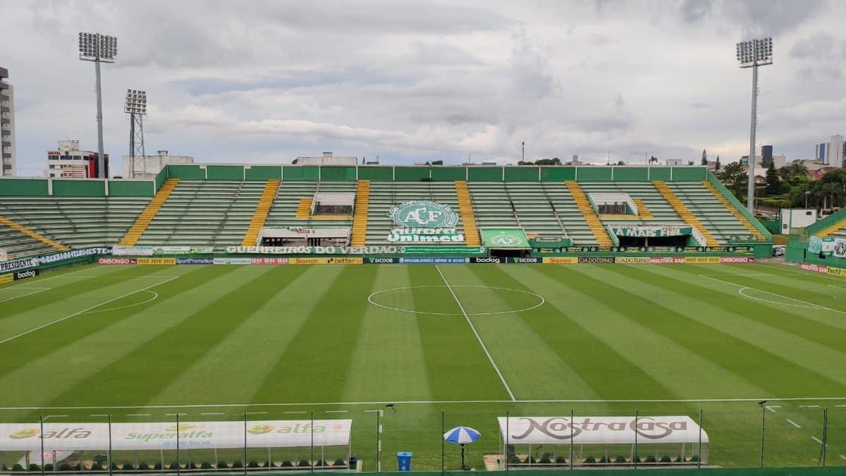 Com objetivos distintos, Chapecoense e Palmeiras se enfrentam na tarde deste sábado (18), às 17h, na Arena Condá, em Chapecó (SC)
