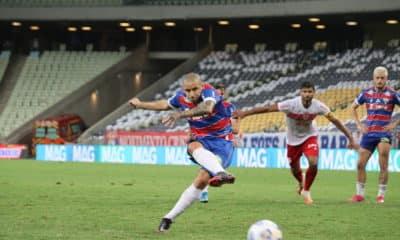 O duelo de estreia do confronto entre Fortaleza e CRB resultou na vantagem do Leão frente ao Galo, com dois gols de Wellington Paulista